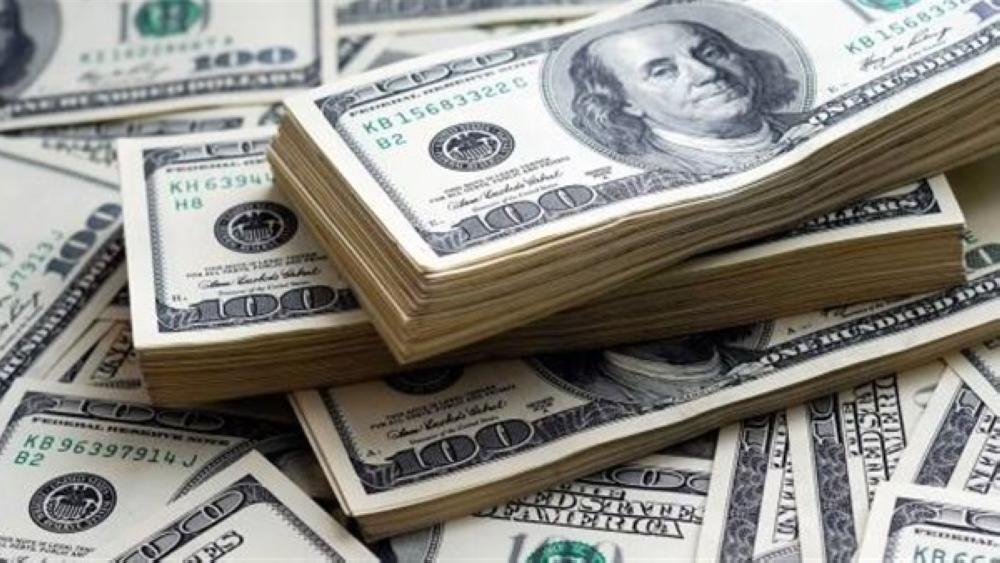 الدولار قرب ذروته في أسبوع ونصف