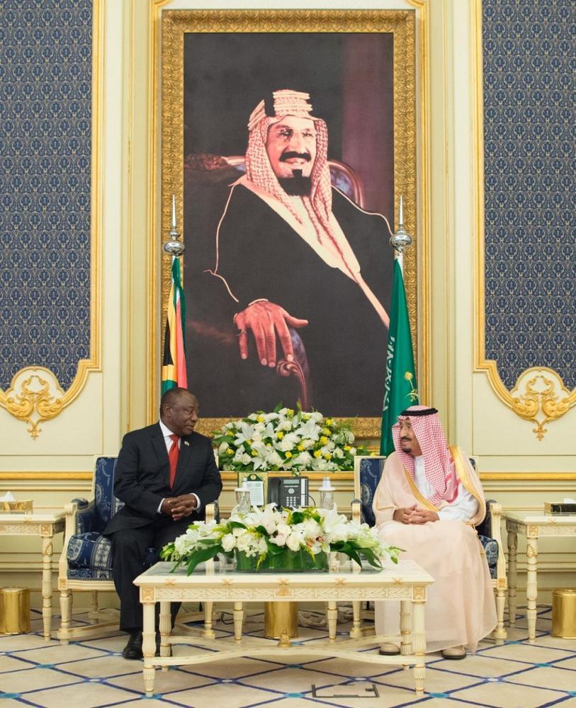 خادم الحرمين ورئيس جنوب أفريقيا في حديث جانبي.