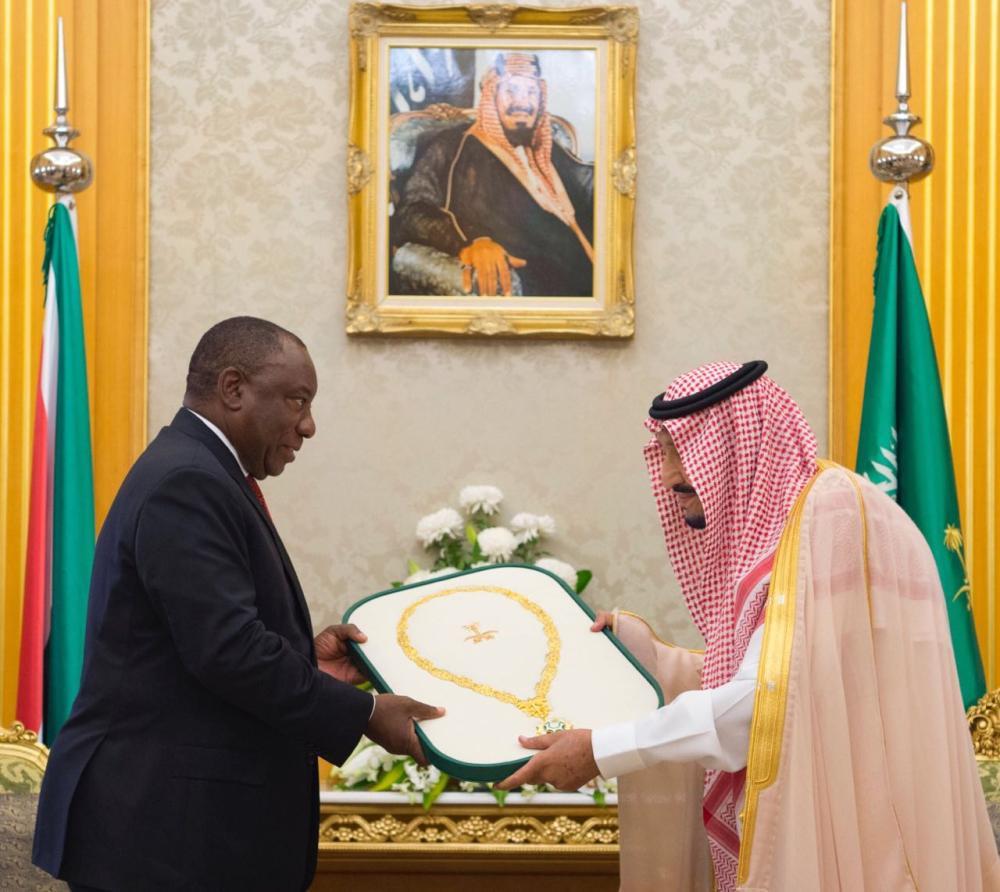 خادم الحرمين الشريفين يهدي رئيس جنوب أفريقيا قلادة الملك عبدالعزيز