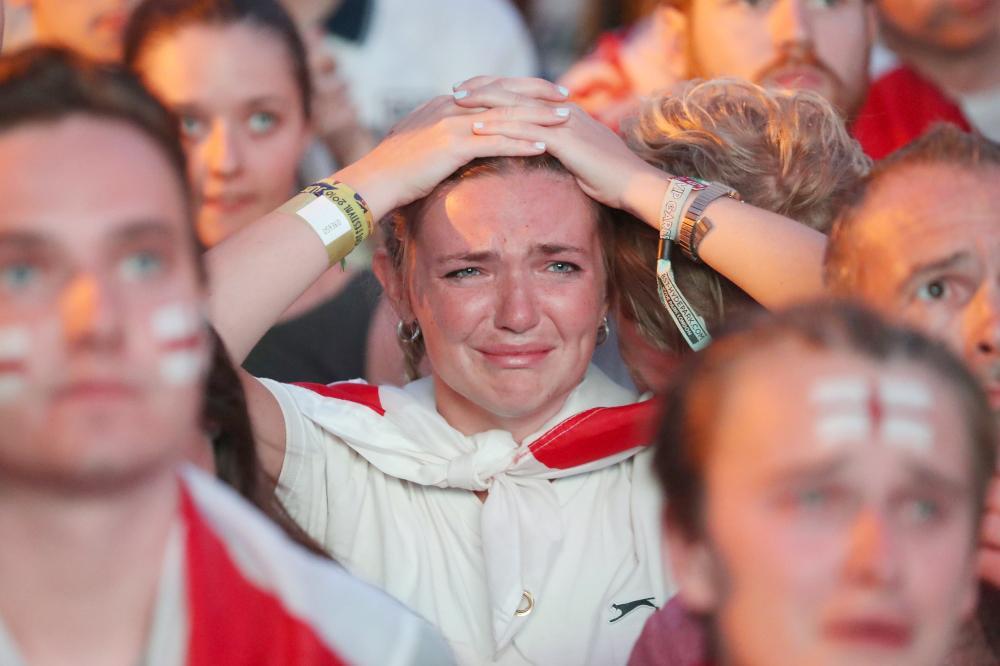 صور منوعة لصحف إنجليزية تواسي منتخبها بعد الخسارة، وأخرى توضح حجم الحزن على محيا الجماهير.