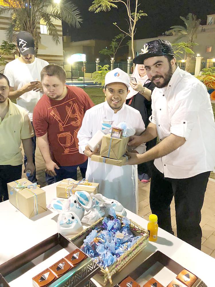 عدد من المشاركين أثناء توزيع الهدايا. (عكاظ)