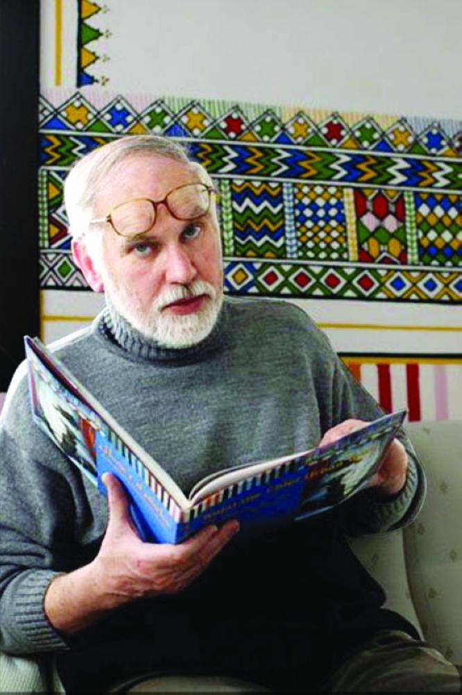 موجيه وبين يديه كتابه جزيرة العرب.