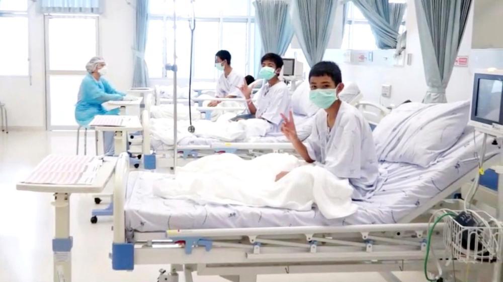 عدد من فتيان الكهف يتلقون العلاج في مستشفى بتايلاند.
