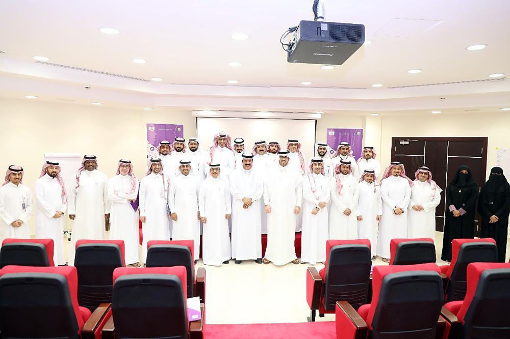 المشاركون في دورة مهارات الحوار الإعلامي. (عكاظ)