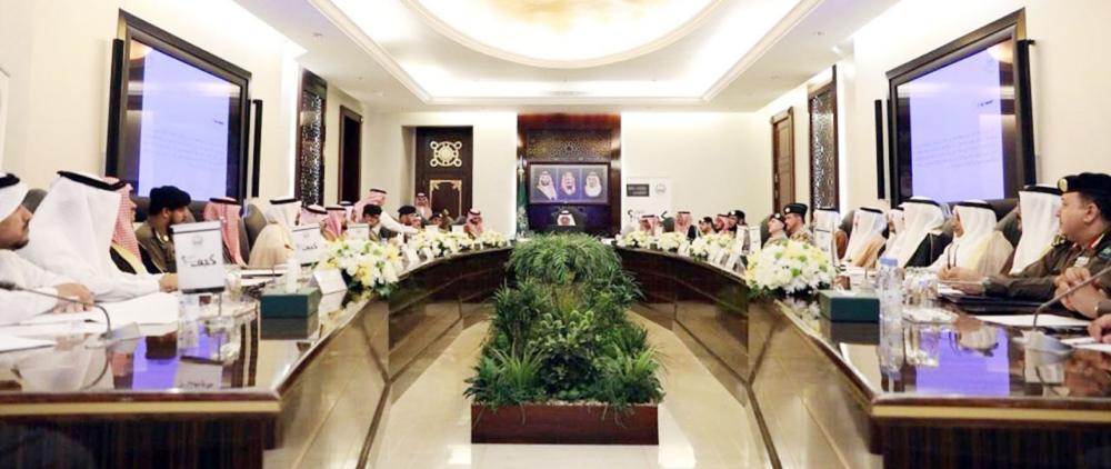 الأمير خالد الفيصل مترئسا اجتماع لجنة الدفاع المدني. (عكاظ)