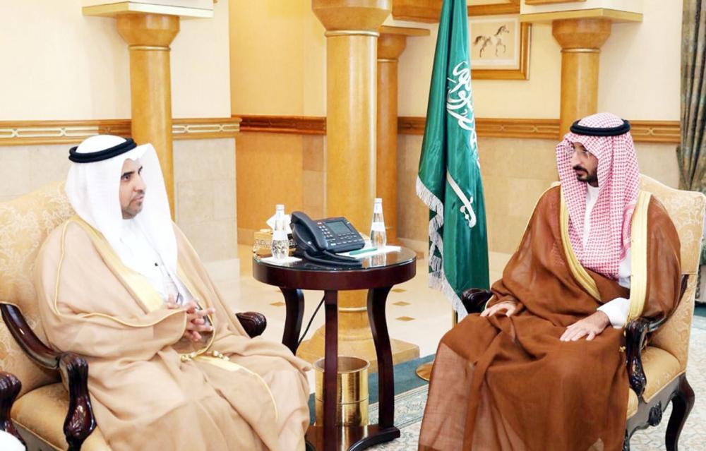 الأمير عبدالله بن بندر مستقبلا العمري. (عكاظ)