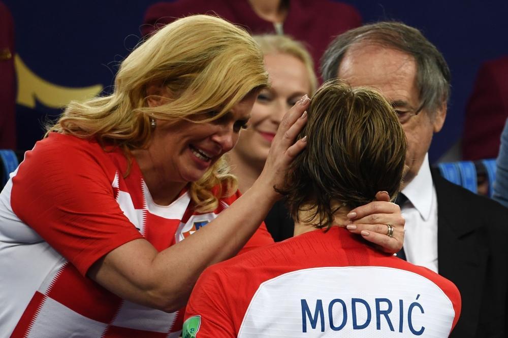 رئيسة كرواتيا الحسناء تغالب دموعها وتواسي مودريتش ورفاقه