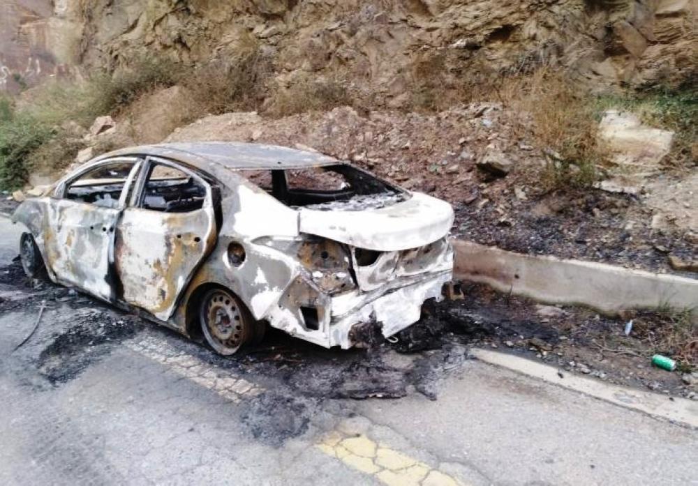 السيارة المحترقة بعد إنقاذ الأسرة.