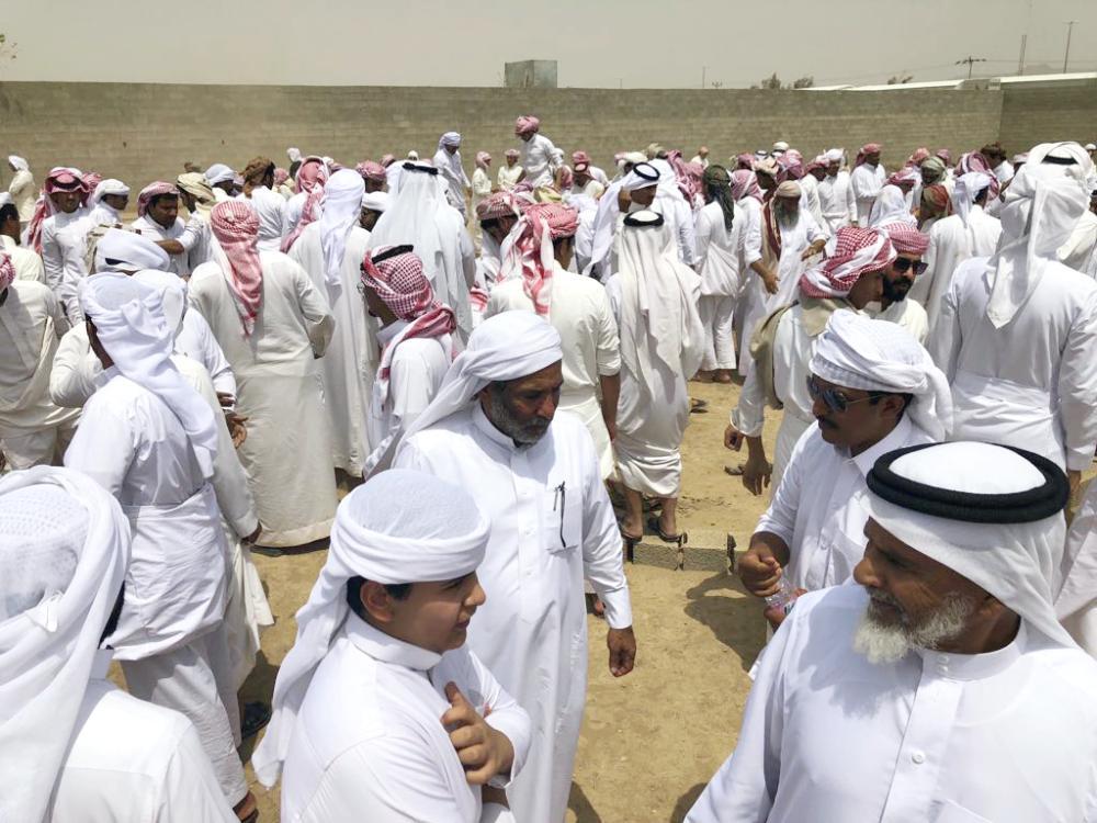 مواطنون يشاركون في وداع الشهيد آل هشلان. عكاظ)