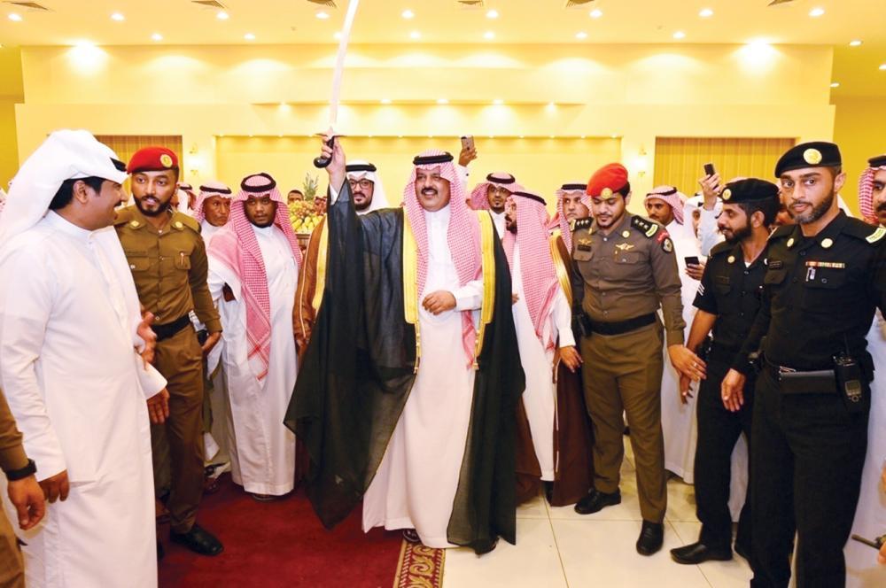 أمير حائل يؤدي العرضة السعودية.