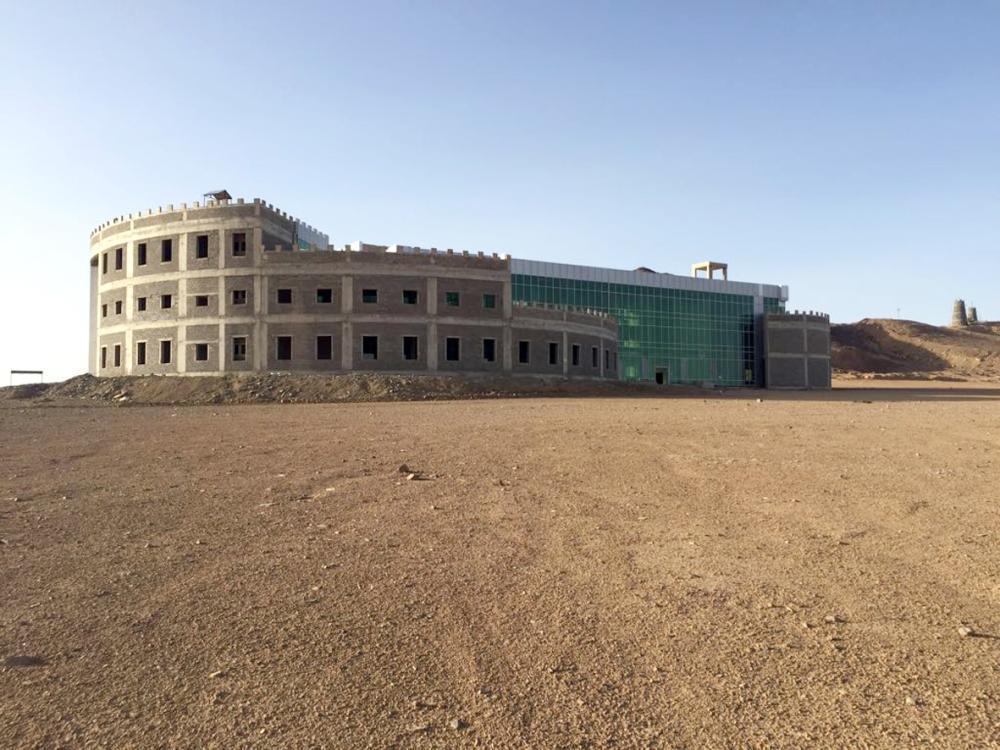 مبنى البلدية المتعثر تحول إلى مقر للمخالفين. (عكاظ)