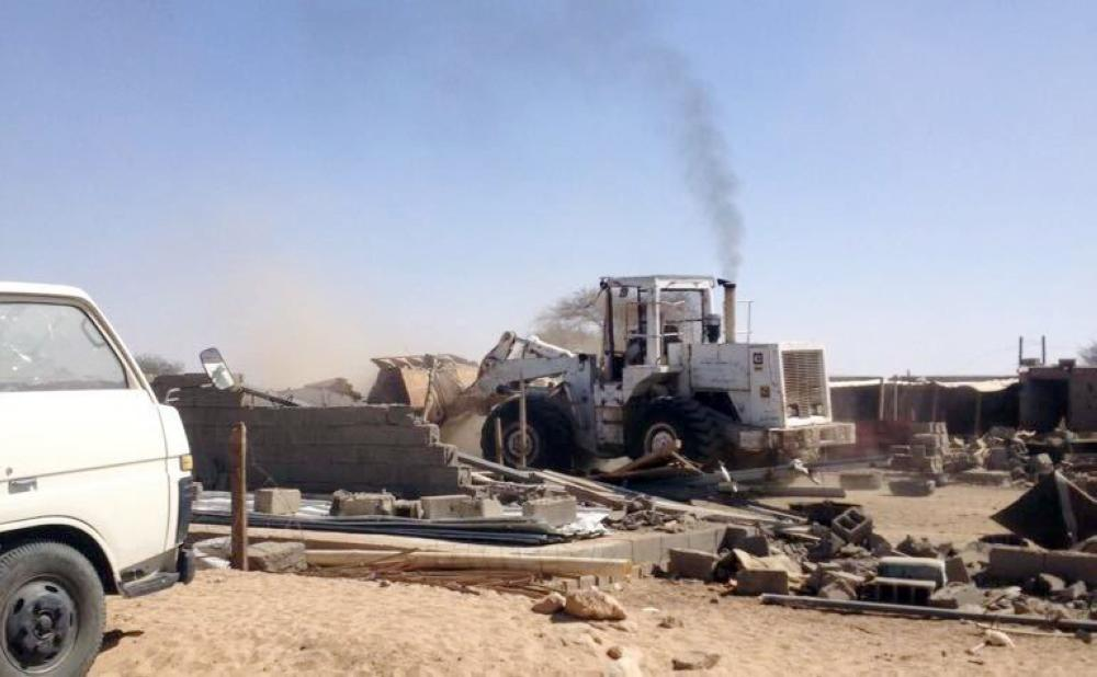 آلية بلدية الطائف الجديد خلال إزالة التعديات. (عكاظ)
