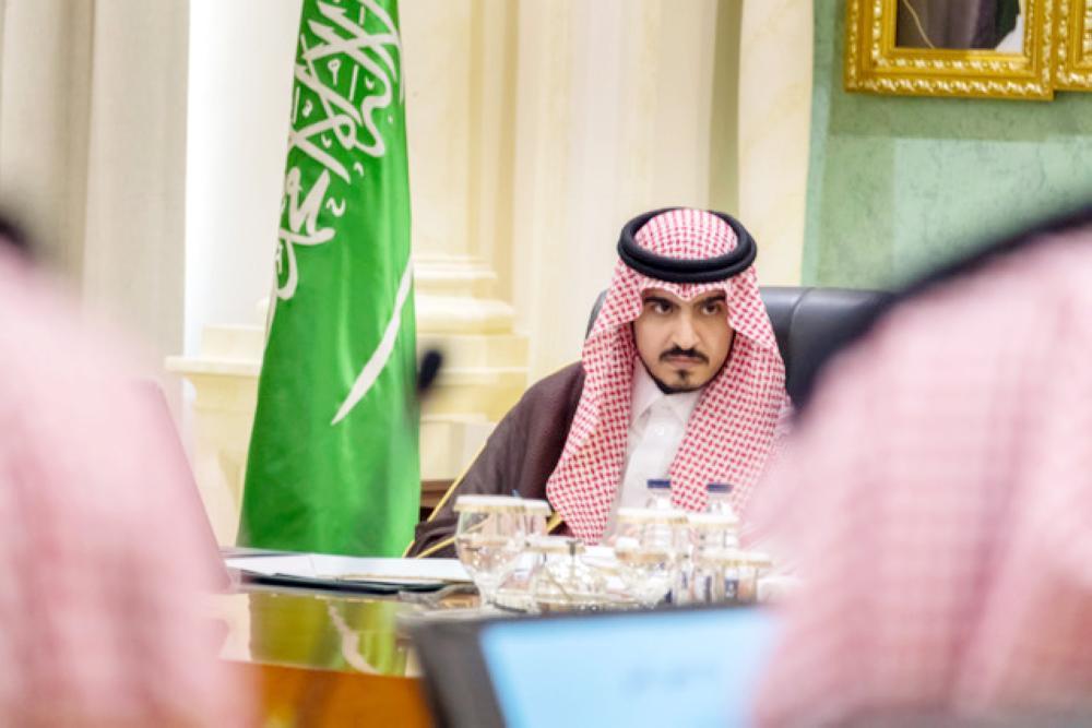 الأمير بدر بن سلطان مترئسا الاجتماع. (عكاظ)