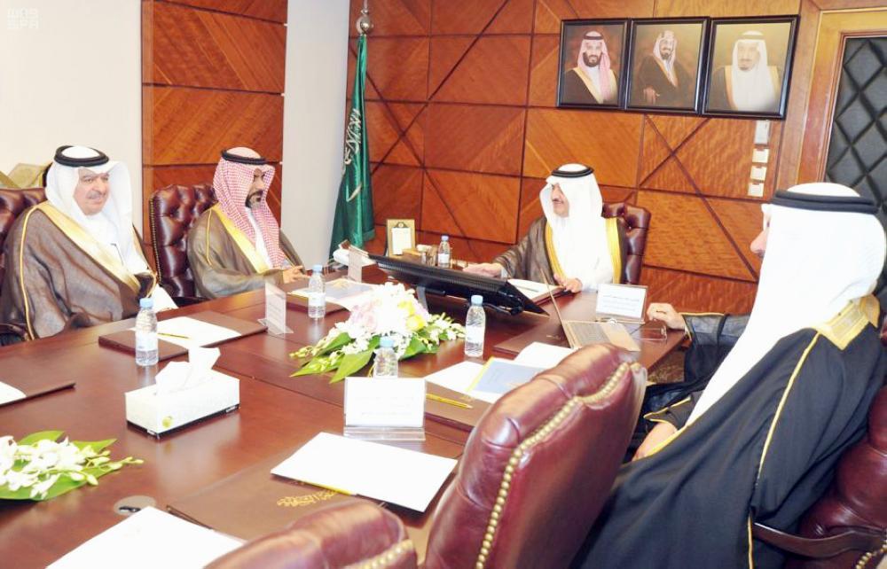 الأمير سعود بن نايف مستقبلا الداود والوفد المرافق له.