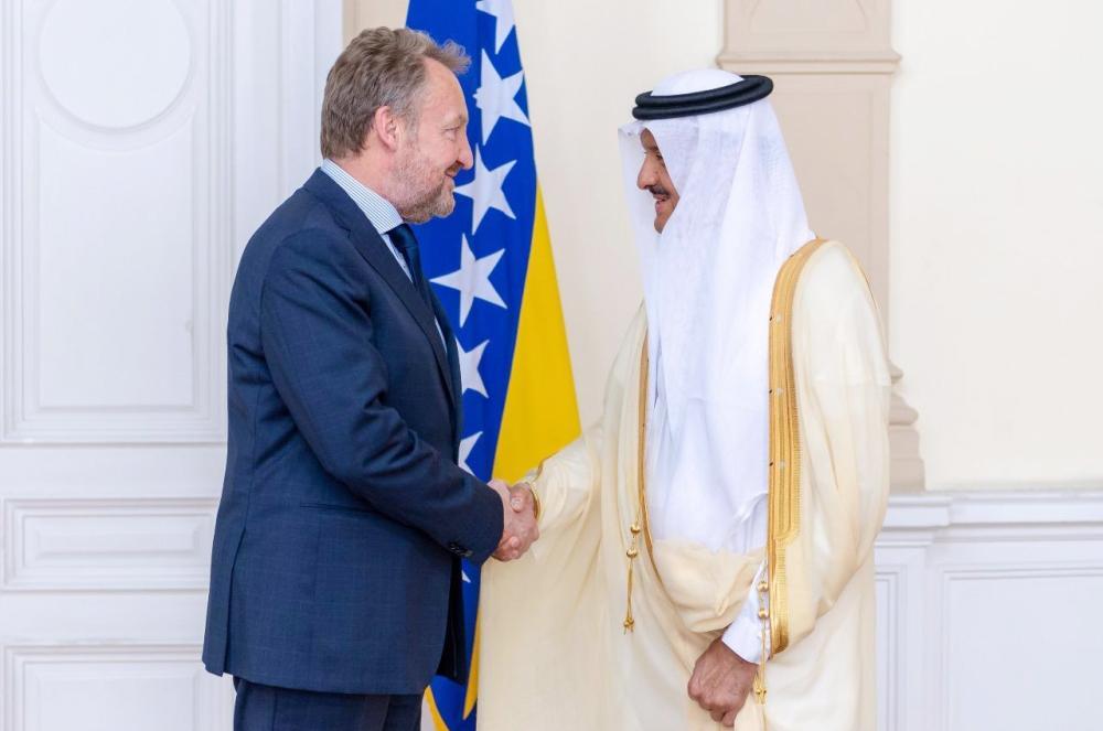 الرئيس البوسني مستقبلا الأمير سلطان بن سلمان.