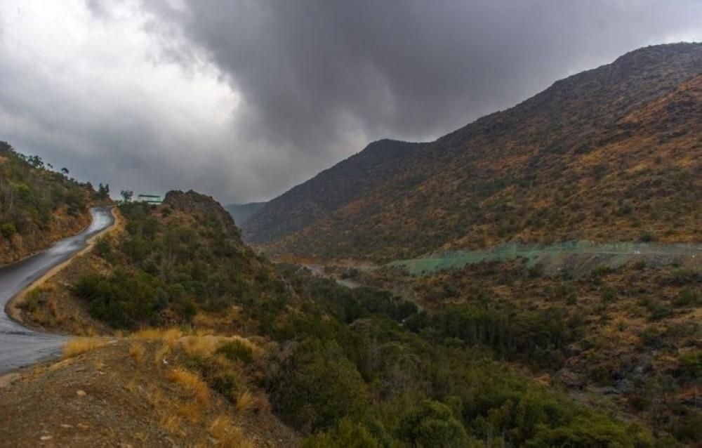 «الأرصاد»: سحب رعدية على المرتفعات الجنوبية الغربية.. وسماء غائمة جزئياً وسط وجنوب المملكة