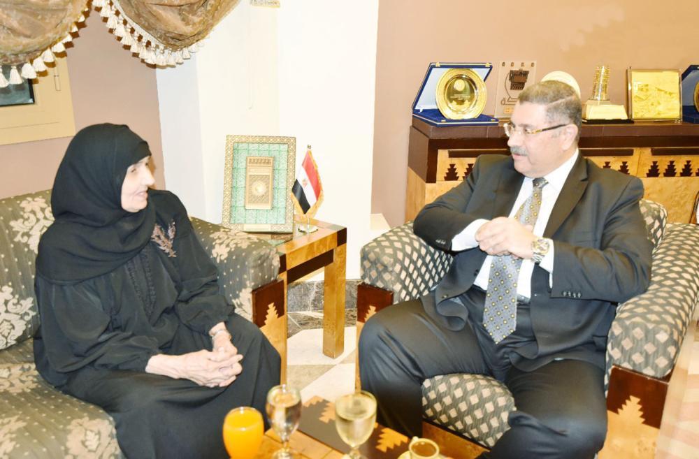 السفير حازم رمضان خلال لقائه سعدية في وقت سابق.