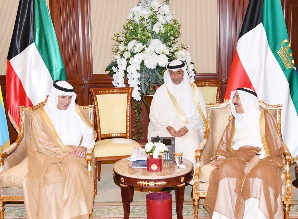 أمير الكويت مستقبلا الجبير أمس في الكويت.