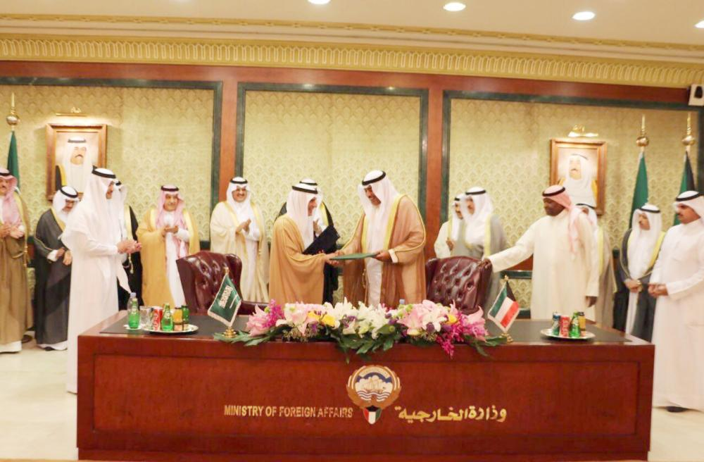 وزير الخارجية ونظيره الكويتي يتبادلان وثائق التوقيع على محضر إنشاء مجلس التنسيق.