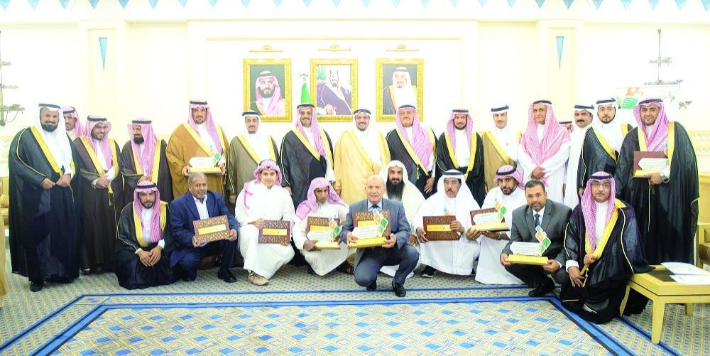 الأمير فيصل بن مشعل مع الفائزين بالجائزة. (عكاظ)