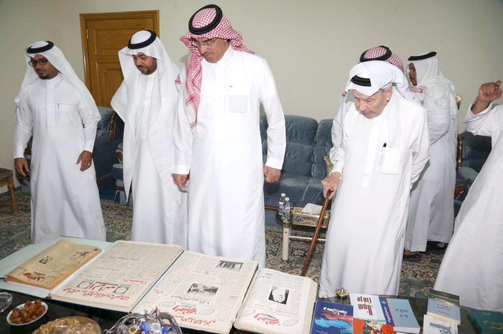 وزير الإعلام العواد في زيارته لأبومدين بمنزله في جدة أخيراً.