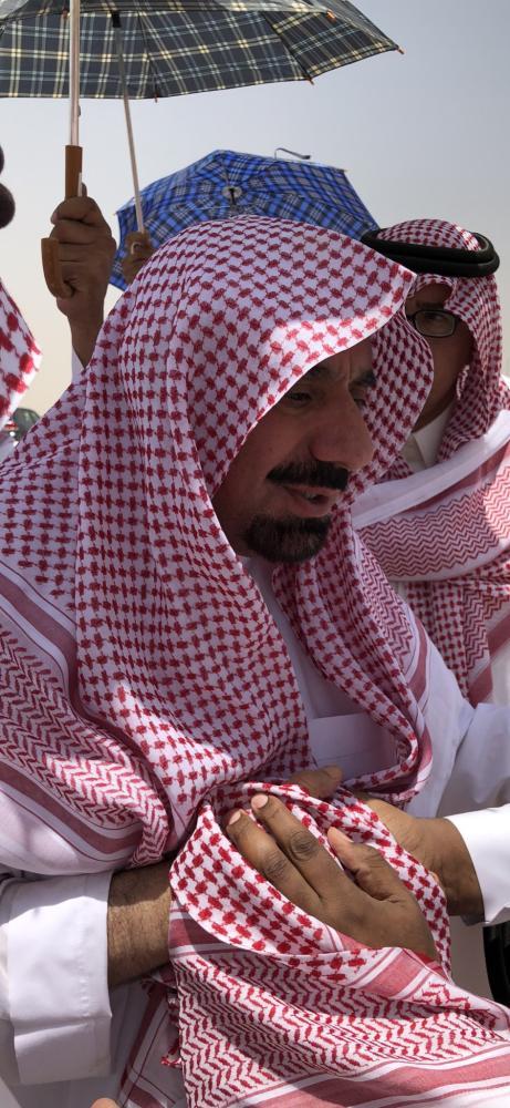 أمير نجران متأثرا أثناء التشييع