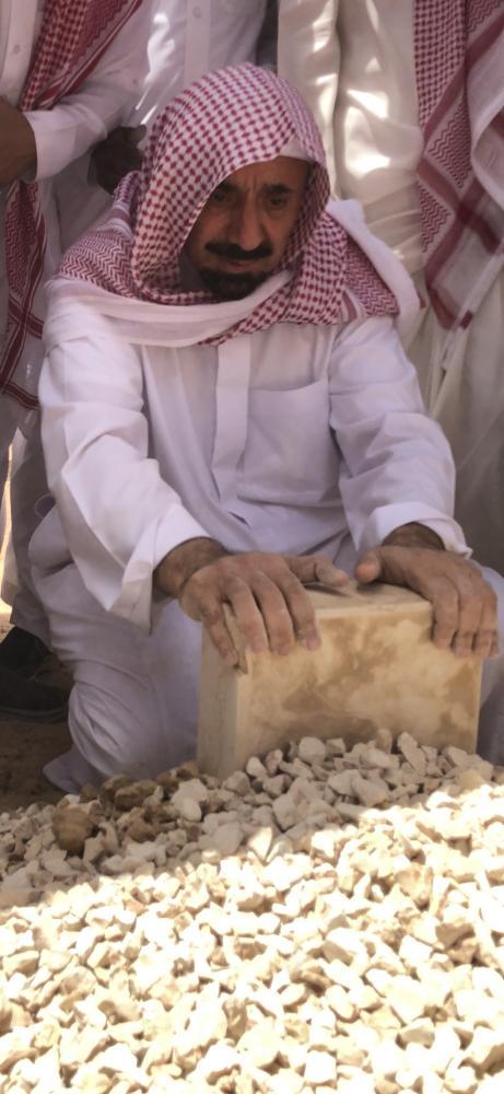 أمير نجران بجوار قبر والدته