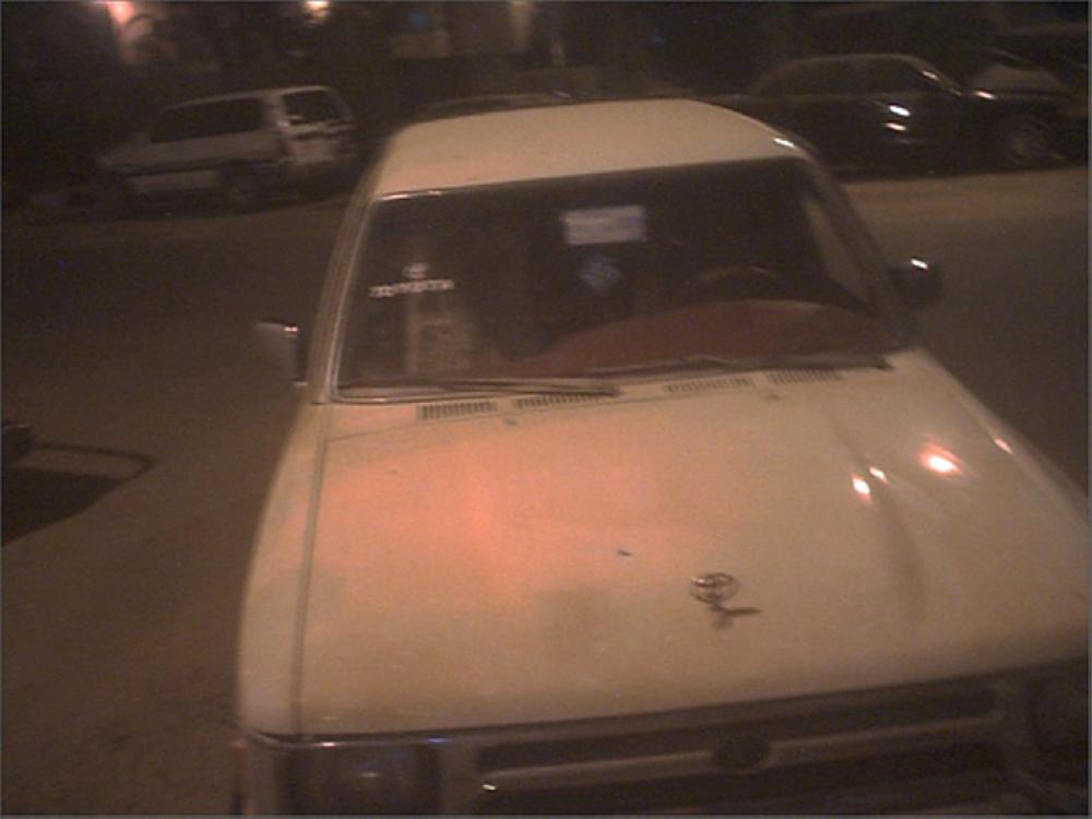 الطلقة اخترقت مقدمة السيارة.