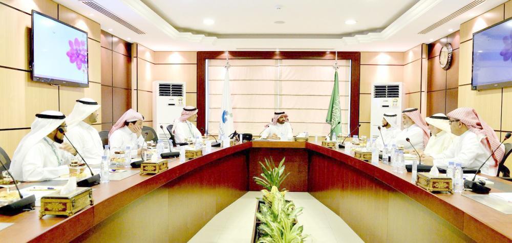 أحد اجتماعات البنك الأخيرة برئاسة وزير العمل والتنمية الاجتماعية أحمد الراجحي.