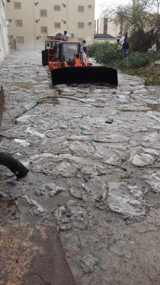 بلدية خميس مشيط: «تجمعات حي الرصراص» سببها انسداد مجرى السيل