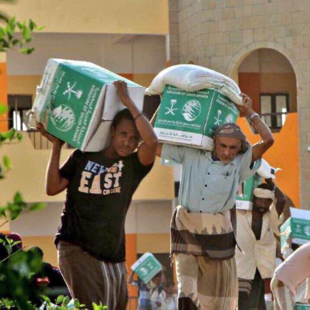«سلمان للإغاثة» يوزع سلالاً غذائية في الجوف وتموراً في الضالع