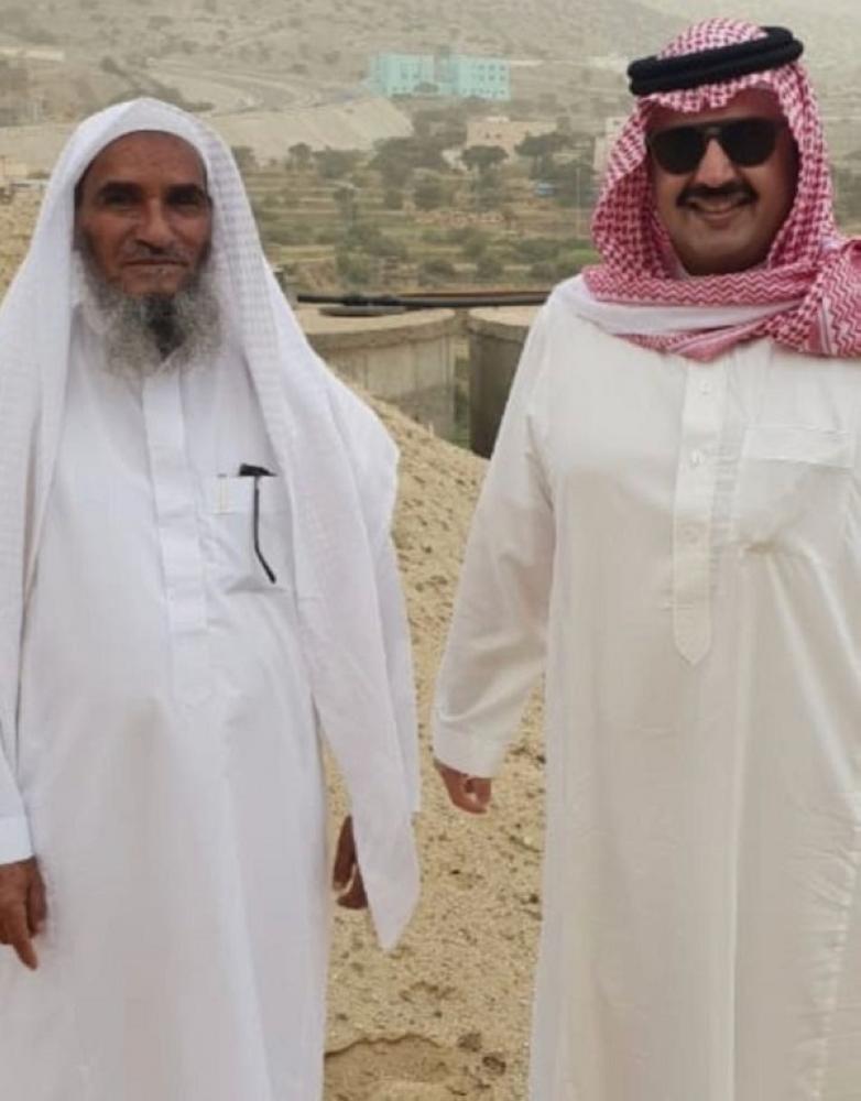 نائب أمير عسير يتجول في المزارع ويلتقط الصور مع المزارعين