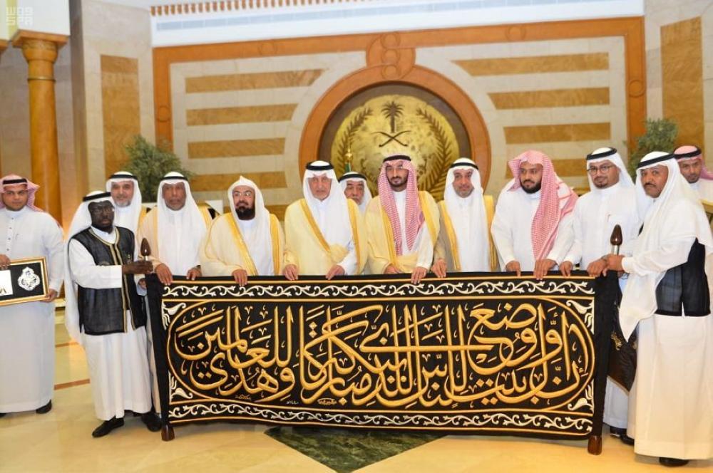 نيابة عن الملك.. خالد الفيصل يسلم كسوة الكعبة لكبير سدنة بيت الله الحرام 951421.jpg
