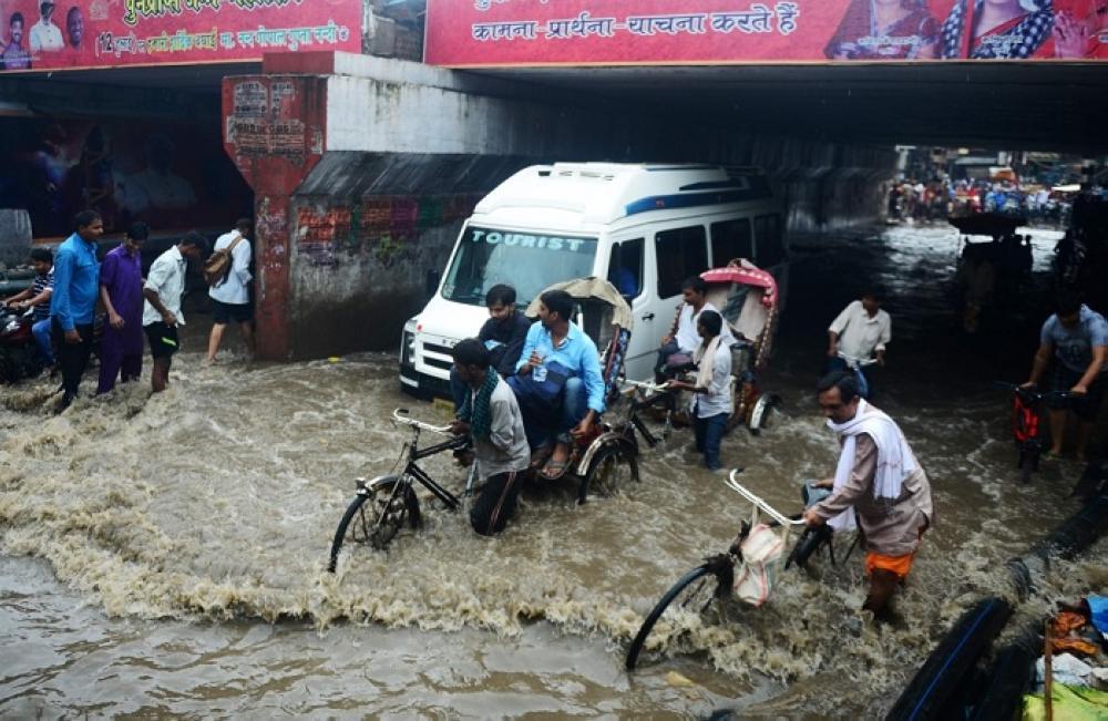 مياه الفيضانات غمرت الطرق والمنازل
