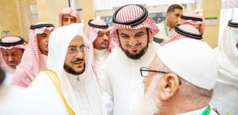 آل الشيخ خلال لقائه حجاج ضيوف خادم الحرمين الشريفين أمس.