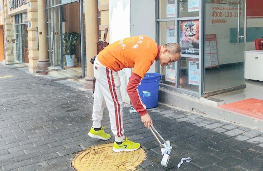 المليونير يقوم بتنظيف الشارع وجمع القمامة.