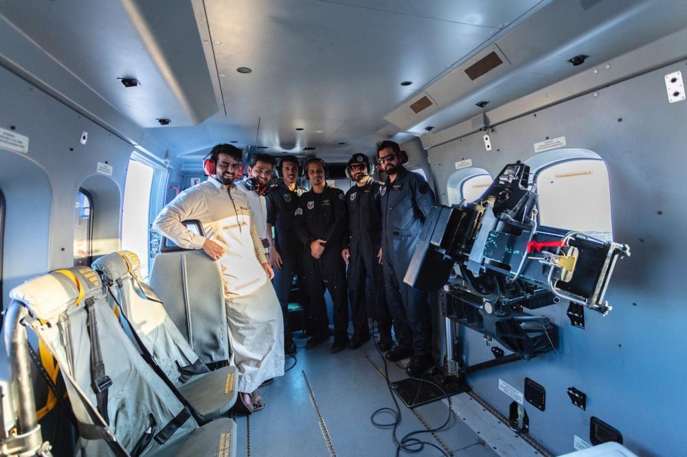 صورة لمدير مكتب عكاظ حسن النجراني مع الفنيين خلال الطلعة الجوية تصوير بندر الترجمي @baltarjami