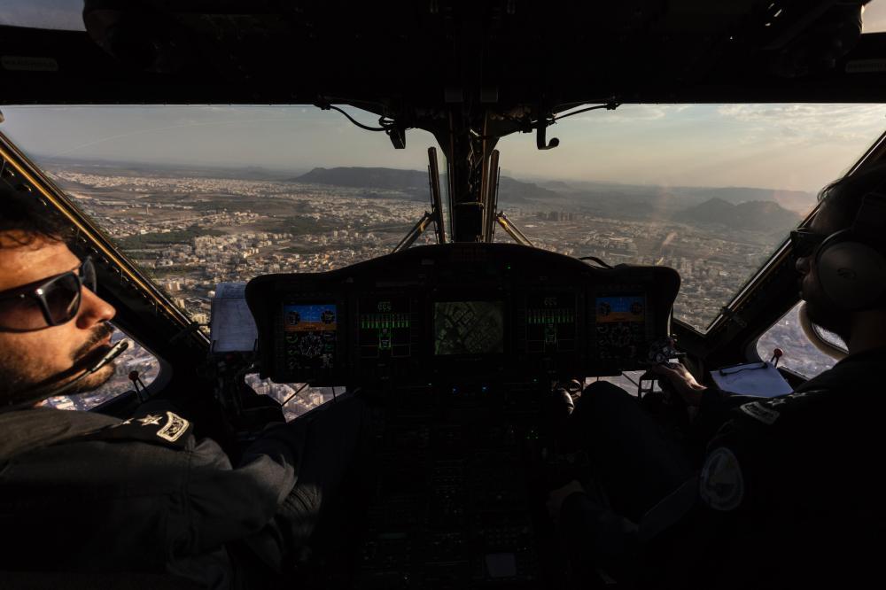 الطيار تركي الدهمش خلال قيادته للطلعة الجوية مع فريق عكاظ تصوير بندر الترجمي @baltarjami