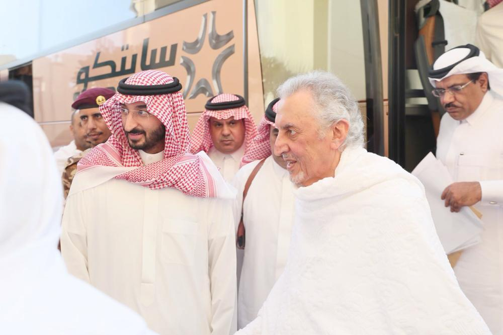 الأمير خالد الفيصل لدى وصوله إلى منى، وفي استقباله الأمير عبدالله بن بندر. (عكاظ)