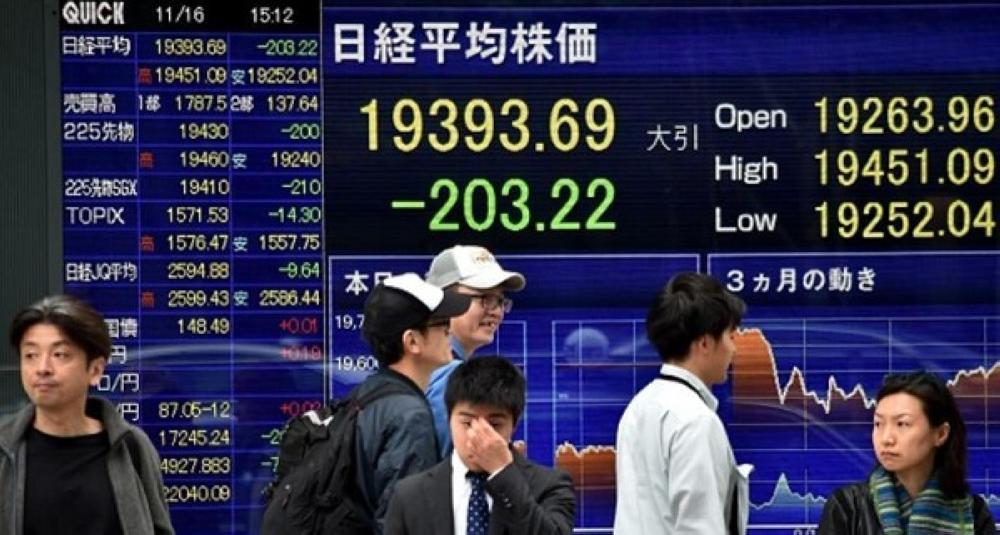 شاشة تعرض تداولات الأسهم اليابانية