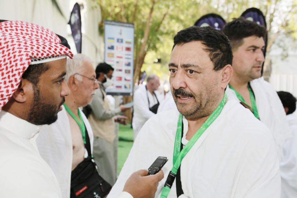 خضر صالح متحدثا إلى الزميل عبدالله الداني في عرفات أمس. (تصوير: عبدالكريم الغنام)