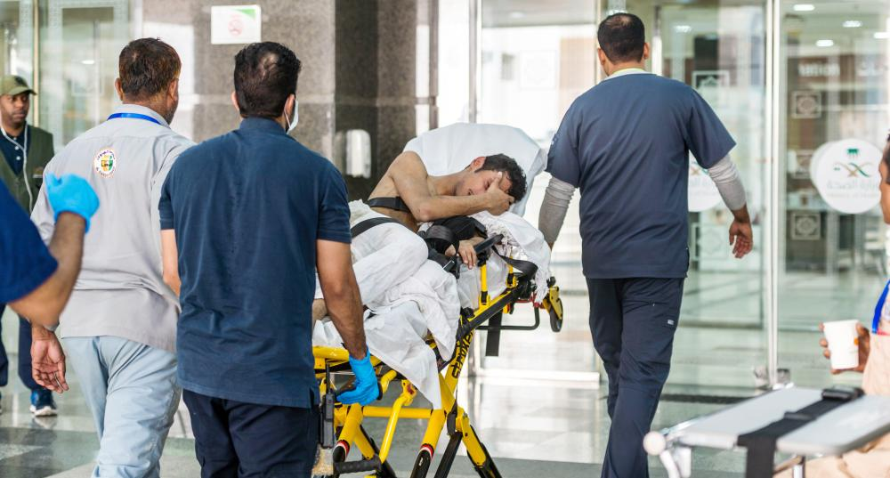 نقل مريض إلى الحافلة الطبية المتنقلة.