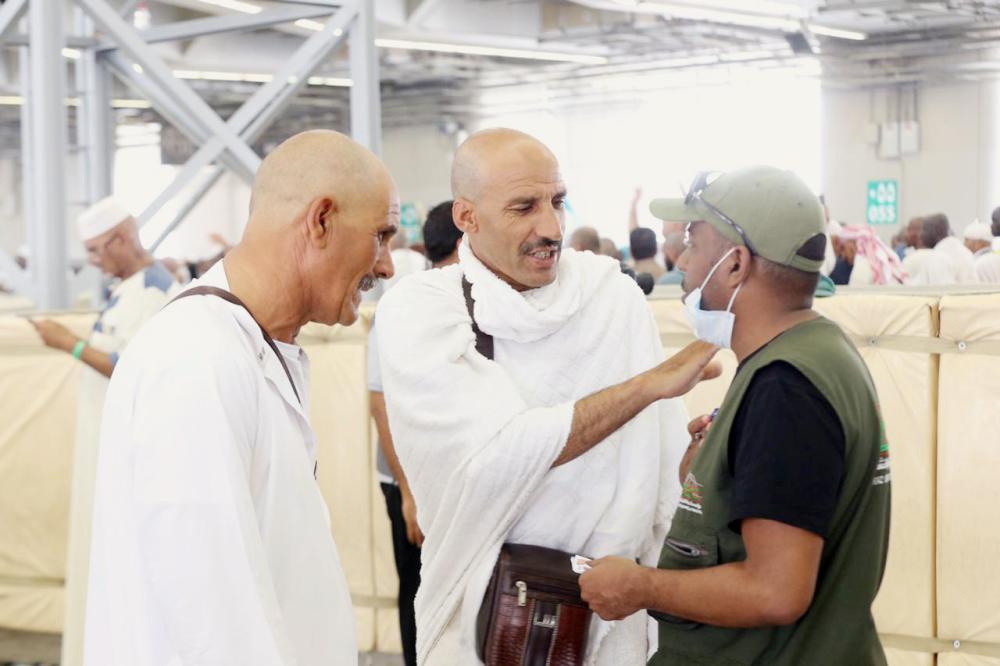 أبو البراء وقاسم يتحدثان لـ «عكاظ». (تصوير: مديني عسيري)