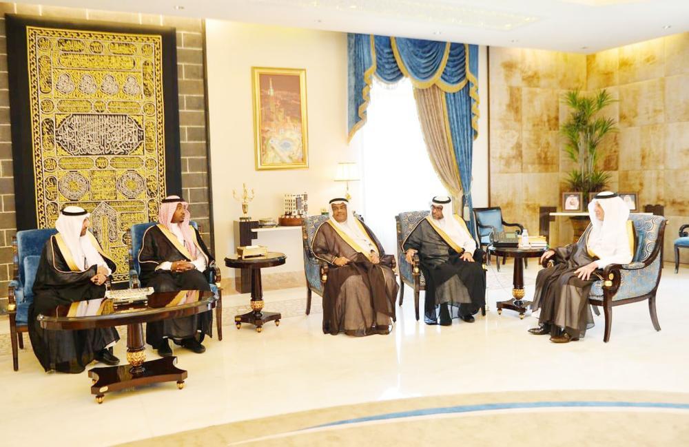 الأمير خالد الفيصل مستقبلا رئيس ومسؤولي الهيئة العامة للأرصاد وحماية البيئة أمس في جدة. (واس)