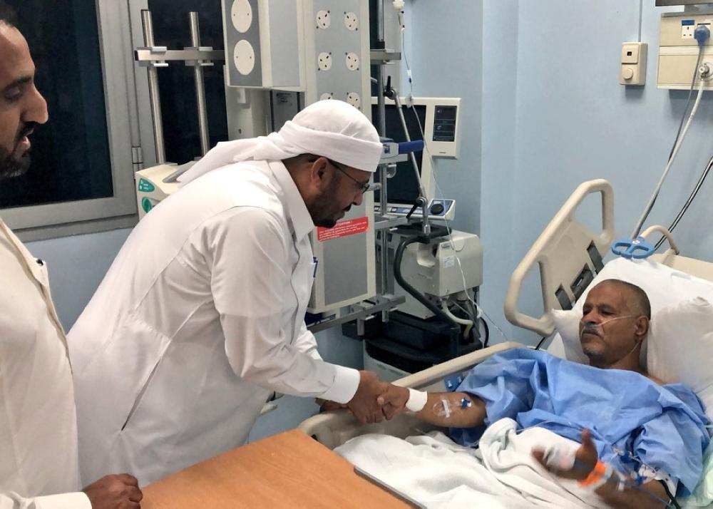 وزير الأوقاف اليمني مطمئنا على أحد الحجاج اليمنيين