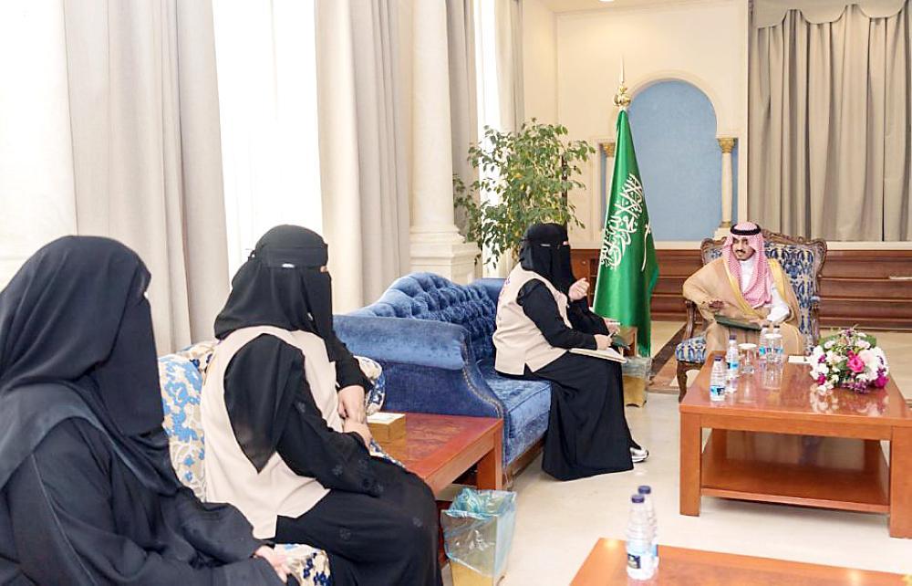 الأمير بدر بن سلطان مستقبلاً رئيسة الفريق ونائبتها.
