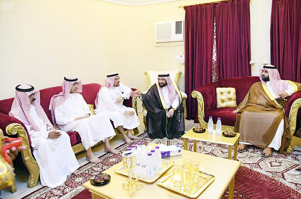 الأمير محمد بن عبدالعزيز في منزل أسرة عريشي.