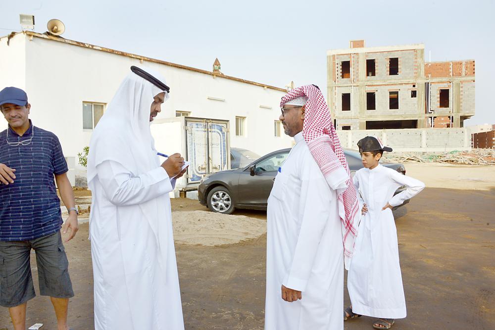 أحد أهالي الحي يتحدث للزميل العبدلي.