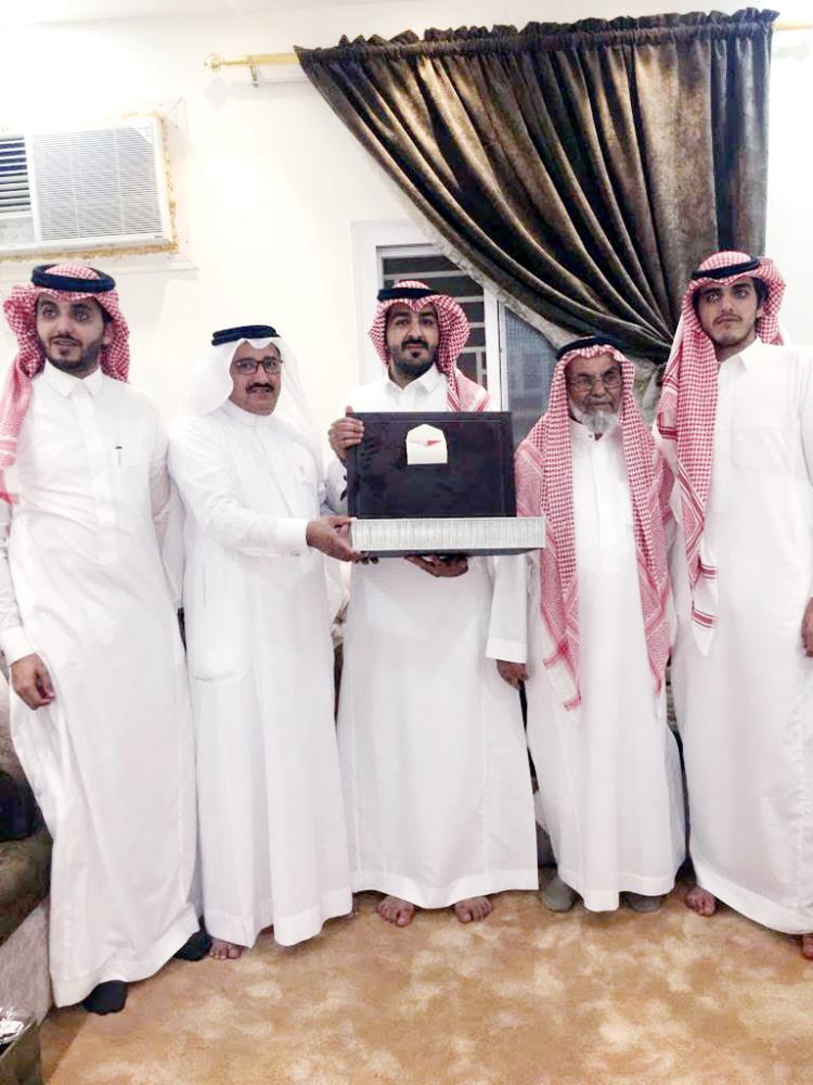 عبدالرحمن مع والده والأقارب. (عكاظ)