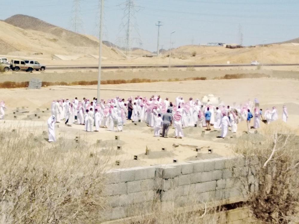 مشيعو الفقيدة في مقبرة المروج. (عكاظ)
